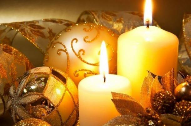 Las velas alumbran los recintos