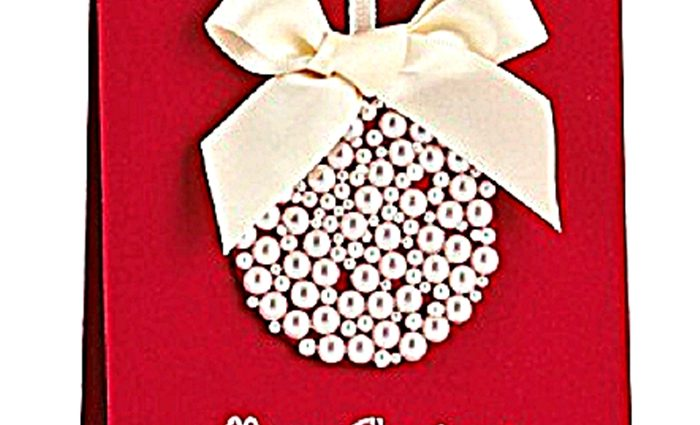 Una linda bola de Navidad, adornando una tarjeta