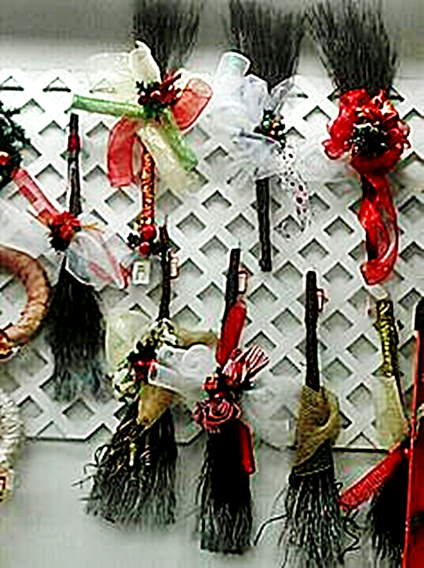Muchos materiales para adornar escobas